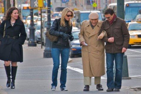Showing kindness to strangers: The risk-reward vibration